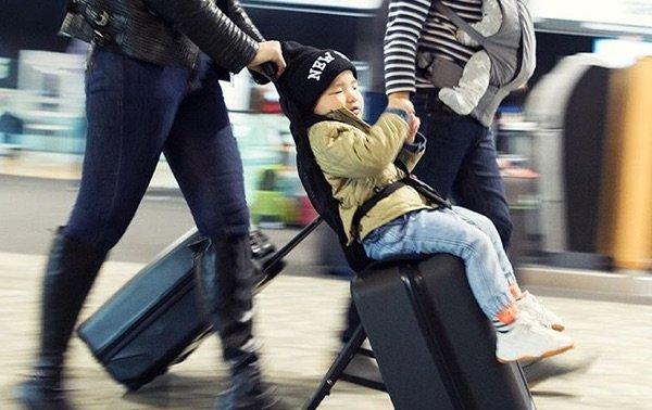 La nueva valija que se convierte en cochecito para llevar a tus hijos en el aeropuerto