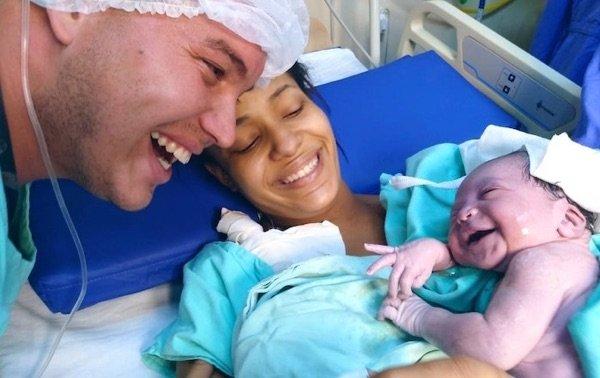 Hermosa sorpresa: esta pequeña recién nacida recibe a su padre con una preciosa sonrisa